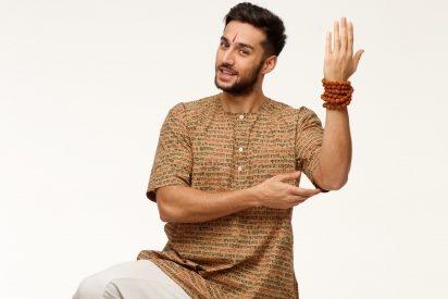 ダンスを踊るインド人