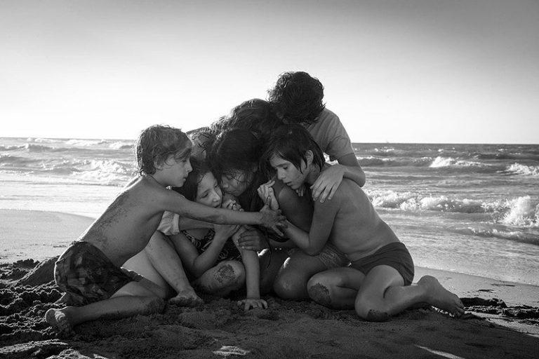 家政婦と抱き合う子供たち