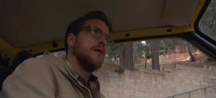 車を運転するアーロン