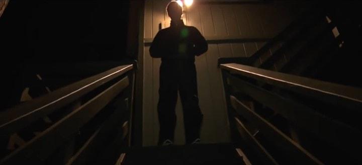 階段に立ちふさがる人影